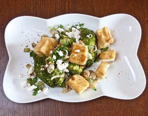 Brokuły z zapiekaną fetą i dymką